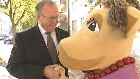 Göran Persson dansar med kossan Doris