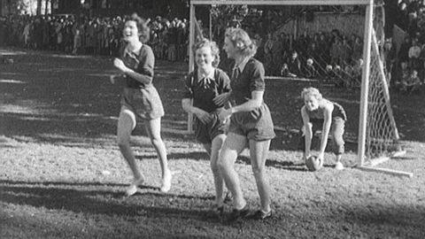 Norskt och svenskt damlag i fotboll 1949