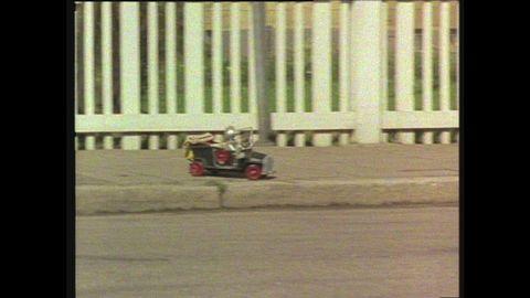 Avsnitt 10 av 10: En vådlig bilfärd avslutar Rymd-Robbes besök på jorden