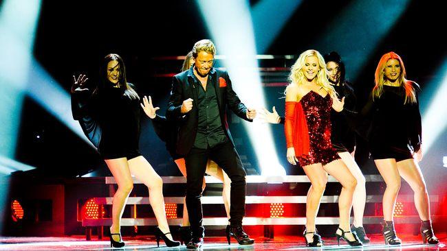 Bild på Björn Ranelid och Sara Li, som framför bidraget Mirakel i Melodifestivalen 2012.