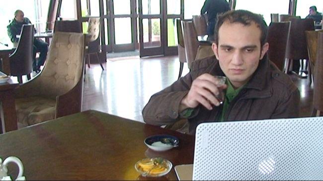 """""""Jag blev uppkallad till det nationella säkerhetsministeriet. De ville ha en förklaring till varför jag röstat på Armenien. De förklarade att jag var en förrädare"""" berättar Rovshan Nasirli."""