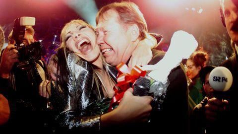 Charlotte Nilsson (numera Perrelli) med Bert Karlsson efter vinsten i Melodifestivalen 1999.