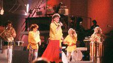 """Lotta Engberg framför """"Fyra Bugg och en Coca-Cola"""" som vann Melodifestivalen 1987."""