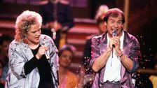 """Lasse Holm och Monica Törnell med vinnarlåten """"É dé det här du kallar kärlek?"""" i Melodifestivalen 1986."""