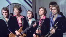 """Vinnarna i Melodifestivalen 1977 – Forbes med låten """"Beatles""""."""