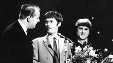 Peter Himmelstran och Claes-Göran Hederström intervjuas av Magnus Blanck efter vinsten i Melodifestivalen 1968.