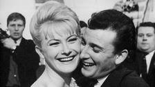 """Monica Zetterlund och Carli Tornehave kramar om varandra efter beskedet att deras melodi """"En gång i Stockholm"""" vunnit Melodifestivalen 1963."""