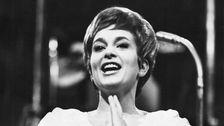 "Siw Malmkvist framför vinnarmelodin ""April april"" i Melodifestivalen 1961."