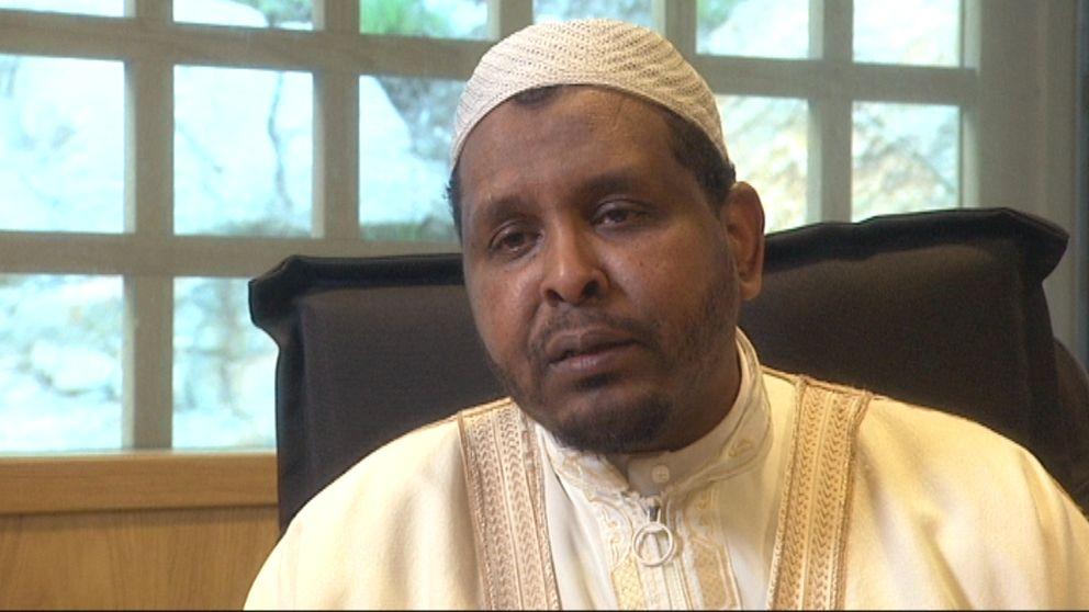 Abdul Rashid Mohammed vid Göteborgs moské ger en version i en öppen intervju – och en helt annan i den dolda inspelningen.