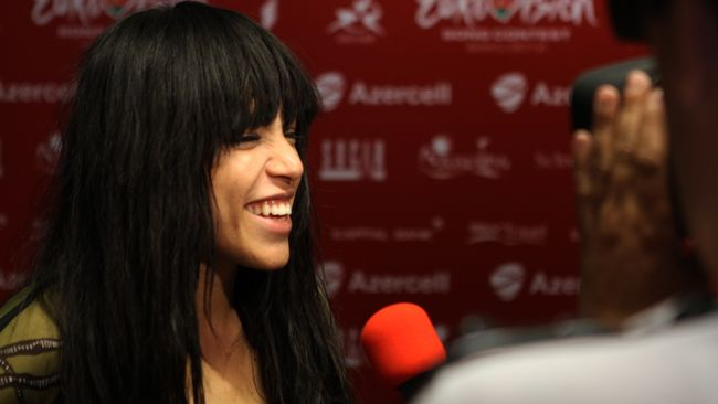 En överlycklig Loreen blir intervjuad bakom scenen.