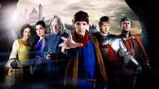Från vänster: Gwen (Angel Coulby), Morgana (Katie McGrath), Gaius (Richard Wilson), Merlin (Colin Morgan), Arthur (Bradley James) och Uther (Anthony Head).