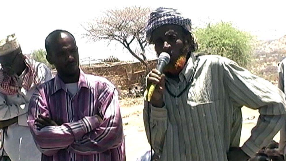 Den gamle mannen kritiserar specialpolisen i Ogaden i Etiopien. Strax därefter förs han bort. Foto: SVT