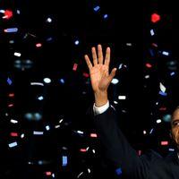Barack Obama väljs om till USA:s president för ytterligare fyra år. På scenen i Chicago mottar han publikens jubel.