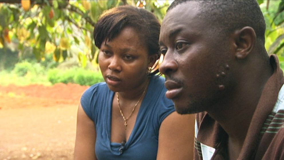 Gilbert Tikus pappa belånade sin mark i Kamerun för att ge sonen chansen att åka till Sverige och tjäna pengar. Men arbetsgivaren lurade Gilbert och nu har pappan blivit av med den pantsatta marken. (På bilden också Gilberts fru Antoinette.)