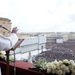 Påve Franciskus höll sitt påsktal inför hundratusentals åhörare på Petersplatsen.