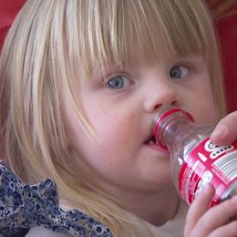 Ella, två år, dricker Coca-cola varje dag när hon kommer hem efter dagis.