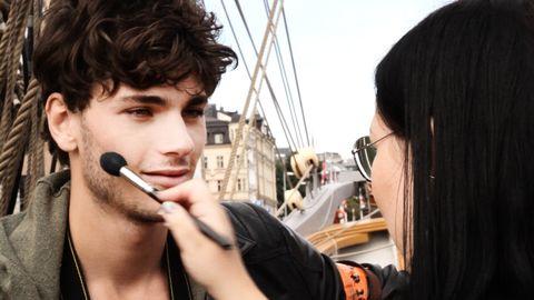 Modellen Oscar Spendrup bli sminkad.