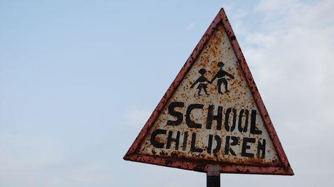 Rostrig varnsingsskylt för school children.