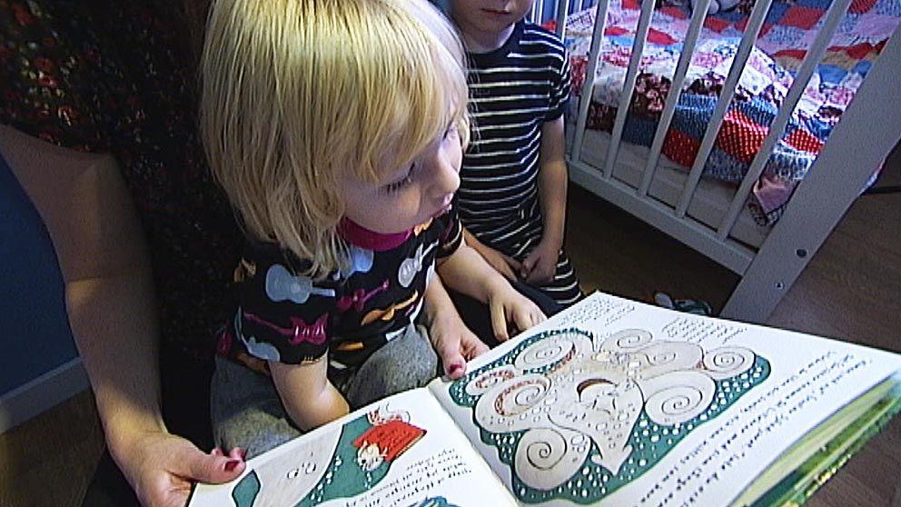 Förälder läser för sina barn.