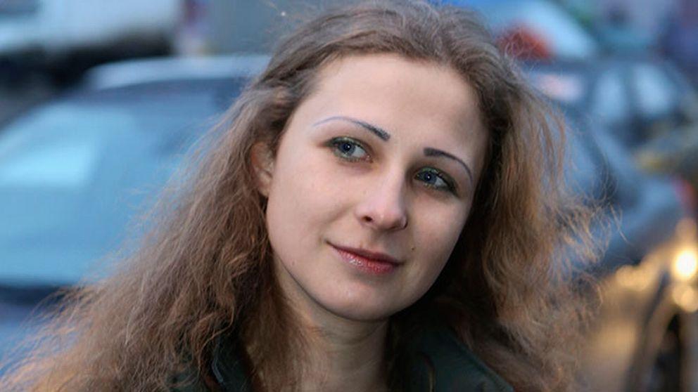 Nytagna bilder visar Maria Aljochina när hon talar med pressen på tågstationen i Nizhny Novgorod under måndagmorgonen.