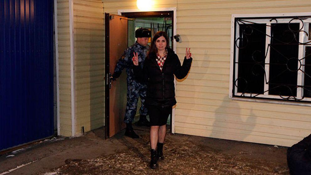 Nadezjda Tolokonnikova kliver ut från fängelset i sibiriska Krasnojarsk.
