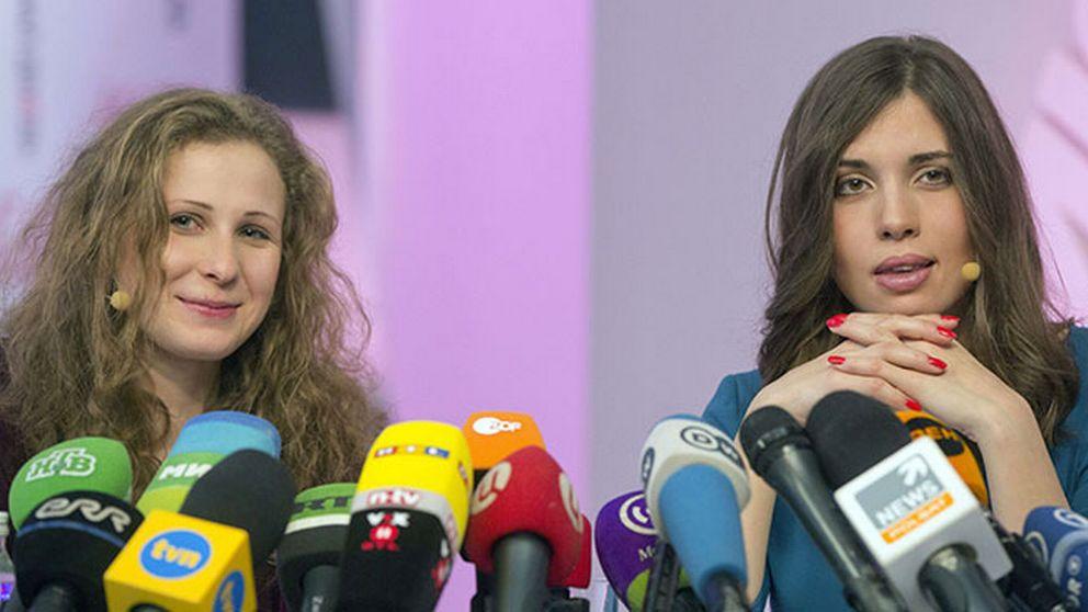 Maria Aljochina och Nadezjda Tolokonnikova på en presskonferens i Moskva några dagar efter frisläppandet.