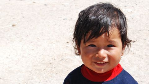 Närbild av ansikte på liten pojke i Peru.