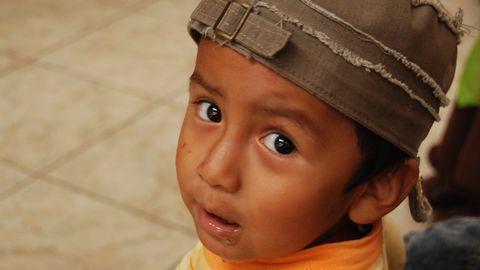 Närbild på liten pojke med keps.