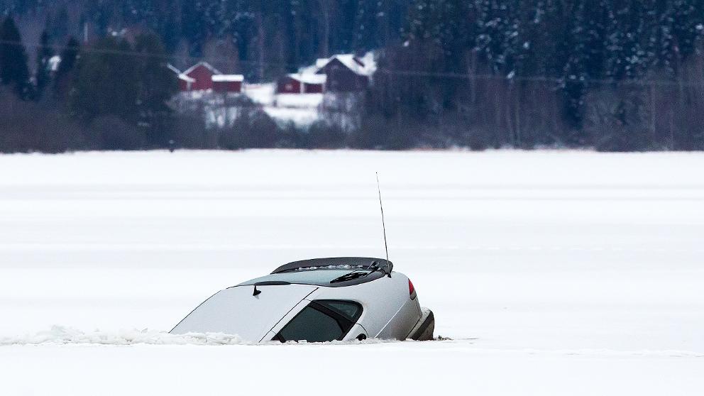 Fyrhjuling gick genom isen