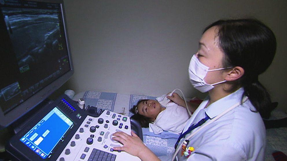 På en privat klinik i Japan undersöks om barn drabbats av cancer efter Fukushima-katastrofen.