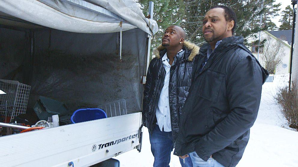 Maurice Mattar (th) försöker hjälpa nyanlända flyktingar i Lycksele att komma in i det svenska samhället. Här med Sahr Kumba som hoppas få jobb i skogen.
