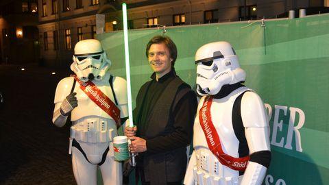Två stormtroopers och Luke Skywalker samlar in pengar till Musikhjälpen 2013.