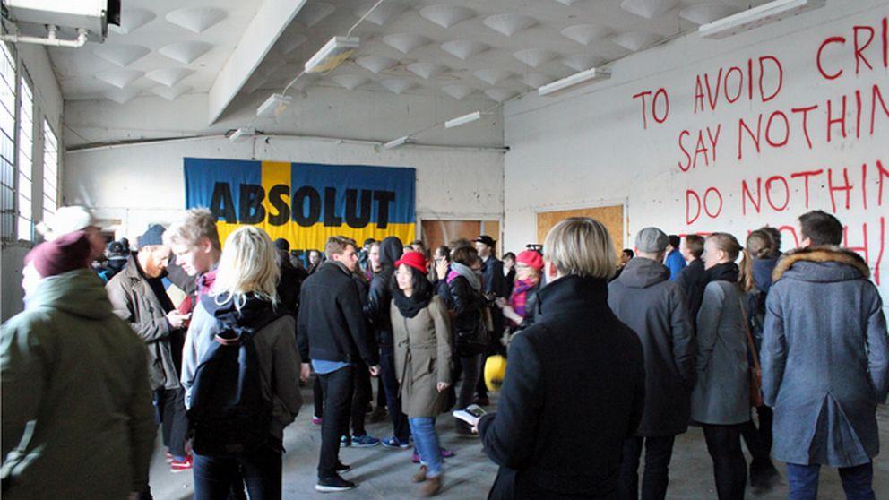 Folkmassa och texter på vägg.