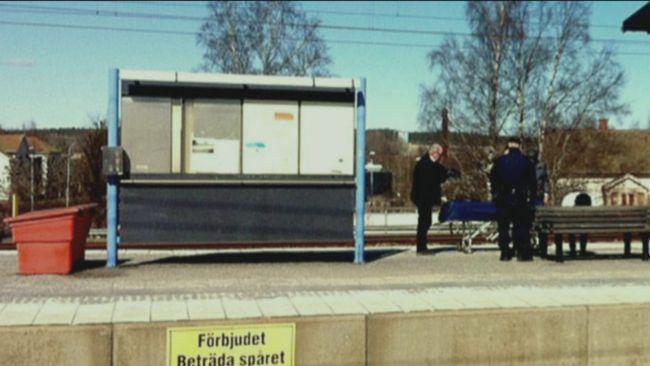 Egon Carlssons kropp hämtas på perrongen  i Herrljunga.