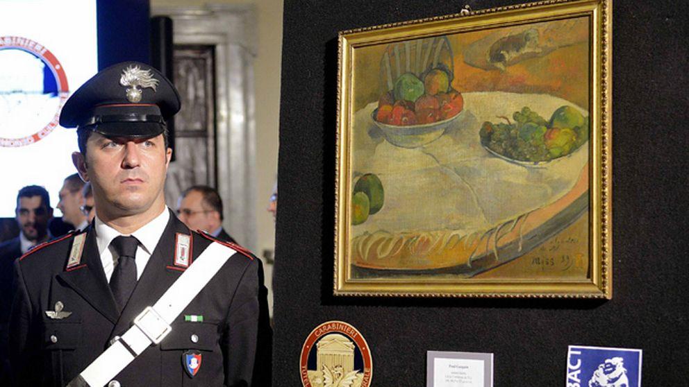 En italiensk carabinieri framför Paul Gaugains målning som hittades i  fabriksarbetaren kök på Sicilien. 5d06e5594781b