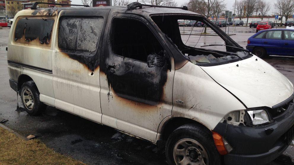 I Berga centrum och i Skäggetorp i Linköping blev två personer misshandlade av maskerade män. Sedan eskalerade oroligheterna. Ungdomar beväpnade sig med stenar och tillhyggen, och satte eld på en bil i Skäggetorps centrum.