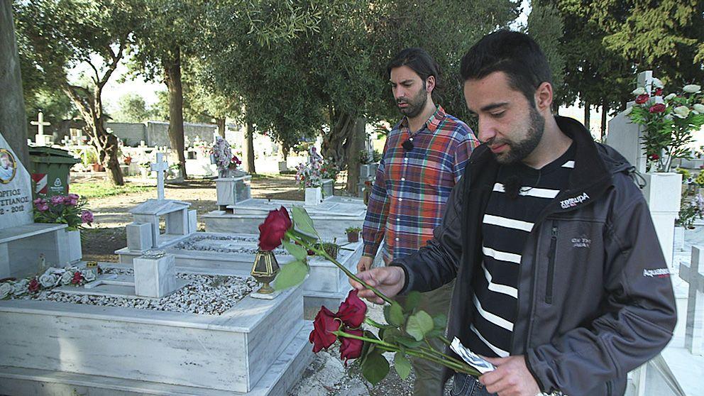 Jimmy Hanna (tv) följer med sin kusin Fadi Mansouraty när han lägger ner rosor på gravarna för sin mamma, syster, svåger och deras två små barn på ön Lesbos.
