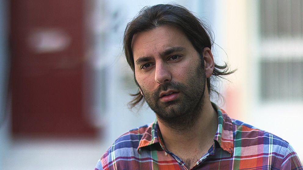 Jimmy Hanna, som bor i Sverige, hjälper sin syriske kusin Fadi att söka asyl sedan hela dennes familj drunknat under ett flyktförsök.