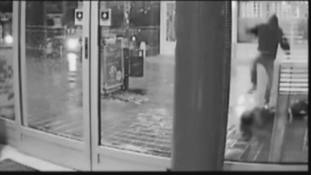 En övervakningskamera fångade överfallet mot Joakim Karlsson i Vallentuna 2012.
