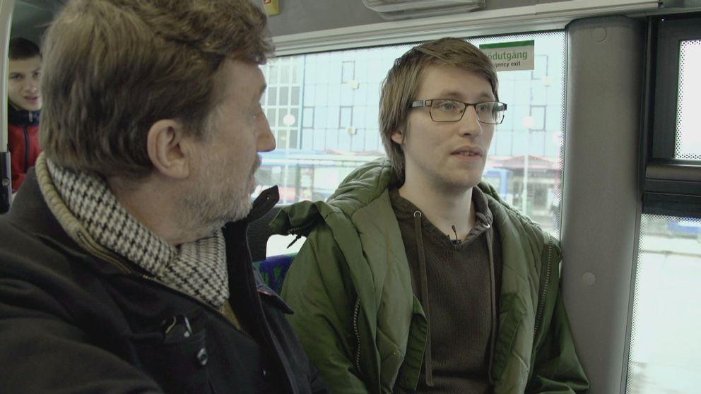 Emanuel berättar för Janne Josefsson om hur han blev attackerad av en knivbeväpnad nazist.