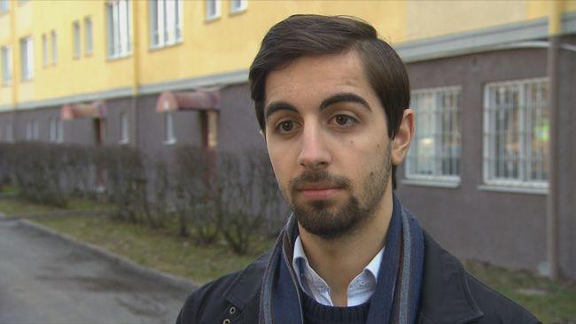 19-årige Rebaz Sanar är ordförande för Moderata ungdomsförbundet i Eskilstuna. Han bär överfallslarm sedan han attackerats och hotats av en av de ledande i Revolutionära Fronten.