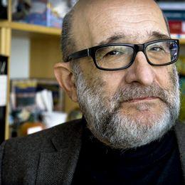 Kriminologen Jerzy Sarnecki är en av experterna som ger svar på påståenden kring invandring.