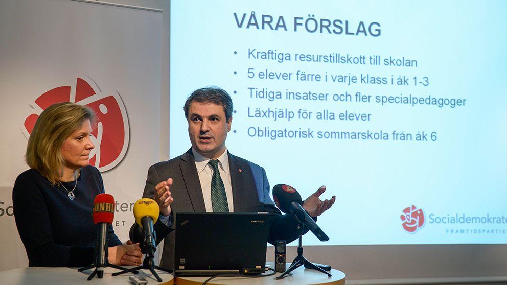 Socialdemokraternas Ibrahim Baylan, till höger, och Magdalena Andersson kommenterade i januari i år regeringens skolförslag, bland annat med förslaget färre elever i varje klass årskurs 1-3.