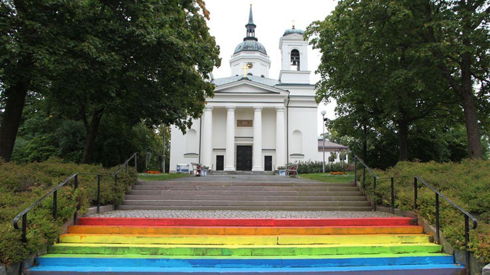 När domkyrkan i Härnösand skulle öppnas september 2013 var trappan målad i regnbågens färger, en välkänd symbol för HBTQ-rörelsen.