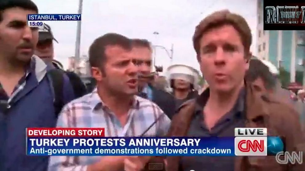 CNN-reportern Ivan Watson grips i direktsändning.