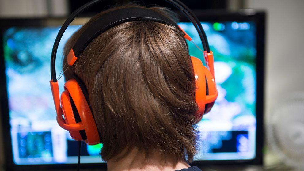 Ett barn spelar datorspel.