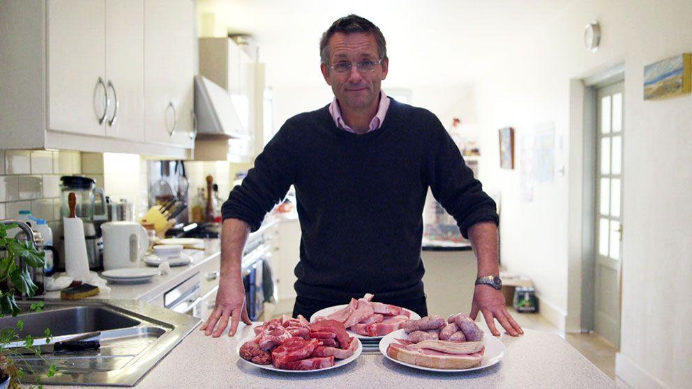 Michael Mosley bakom ett köttberg.