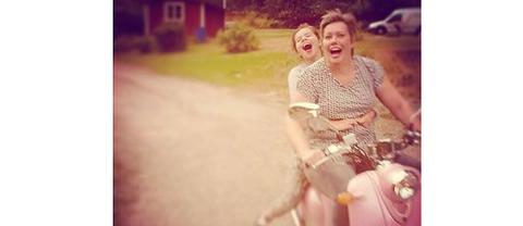 Gunilla Gottås Wallin med dotter Alma på familjens rosa scooter.