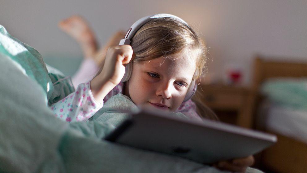 En ny studie visar samband mellan barns surfande på skärmar och sämre förmåga att läsa av ansikten social färdighet.