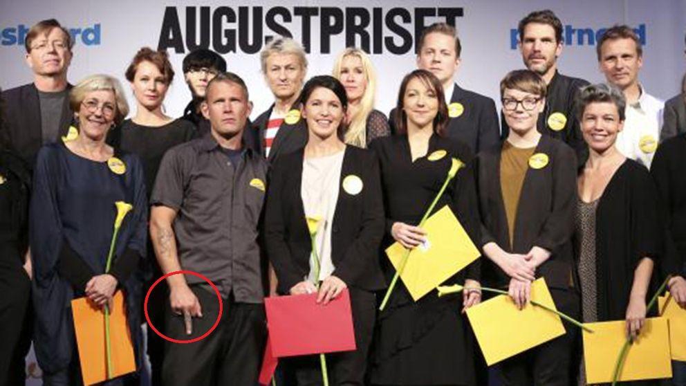 Carl-Michael Edenborgs finger är på bilden inringat i rött.